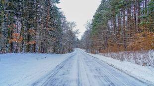 Śnieg pod kołami. Kierowcy powinni zachować ostrożność