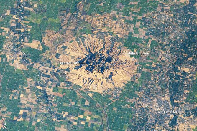 Sutter Buttes widziane z pokładu ISS (earthobservatory.nasa.gov)