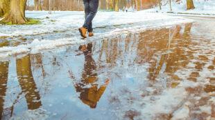 Śnieg się topi. IMGW ostrzega przed roztopami